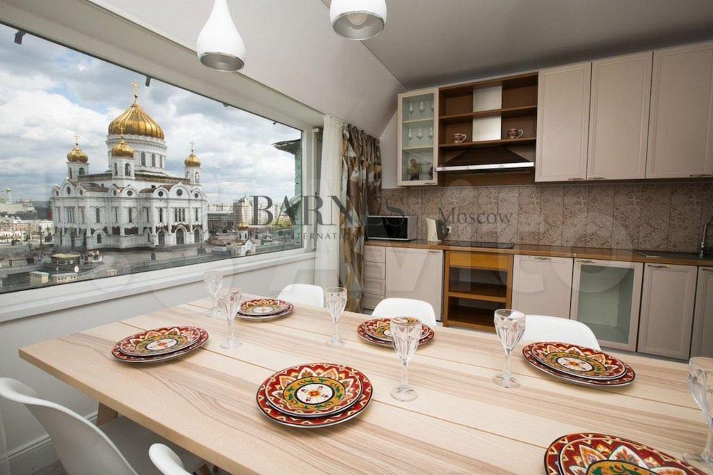 Вид из окна пентхауса в знаменитом «доме под рюмкой». Купить эту недвижимость можно за 182,5 млн руб.