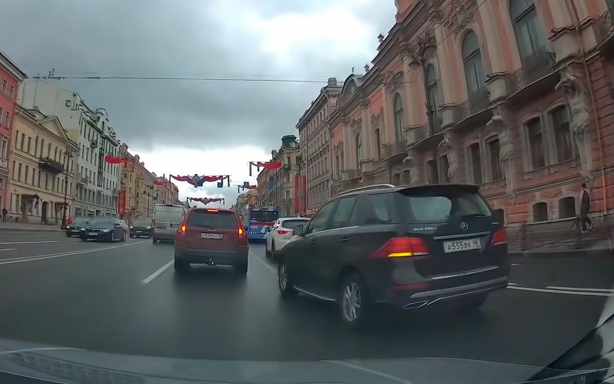 <p>Включив сигнал поворота, некоторые автомобилисты сразу&nbsp;же перестают смотреть по сторонам, будучи уверенными, что их все видят и пропускают.</p>