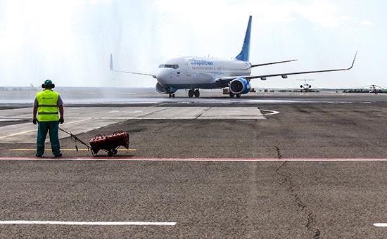 """Самолет первого лоукост-проекта """"Аэрофлота"""" в  аэропорту Симферополя"""