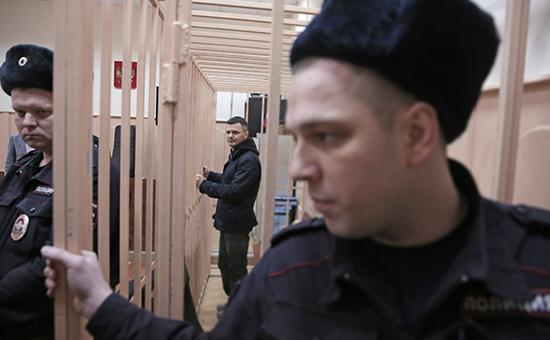 Дмитрий Каменщик (на втором плане) на заседании Басманного суда