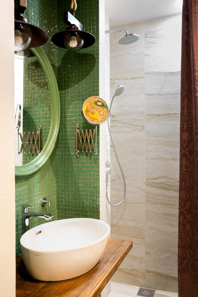 Светильники в ванной стилизованы под уличные фонари середины прошлого века