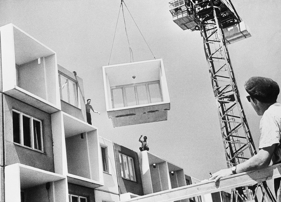 Для реализации программы столичные власти применяюттак называемый «волновой метод»: сначала строитсядом, вкоторыйпереселяются люди изхрущевок, и только после этого начинается демонтаж старой пятиэтажки  На фото: строительство нового дома,1962 год
