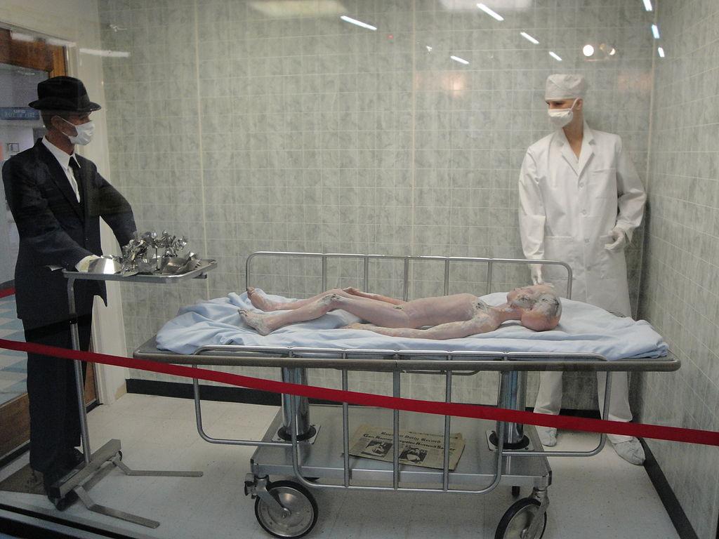«Вскрытие пришельца»— инсталляция в Розуэлльском музее НЛО