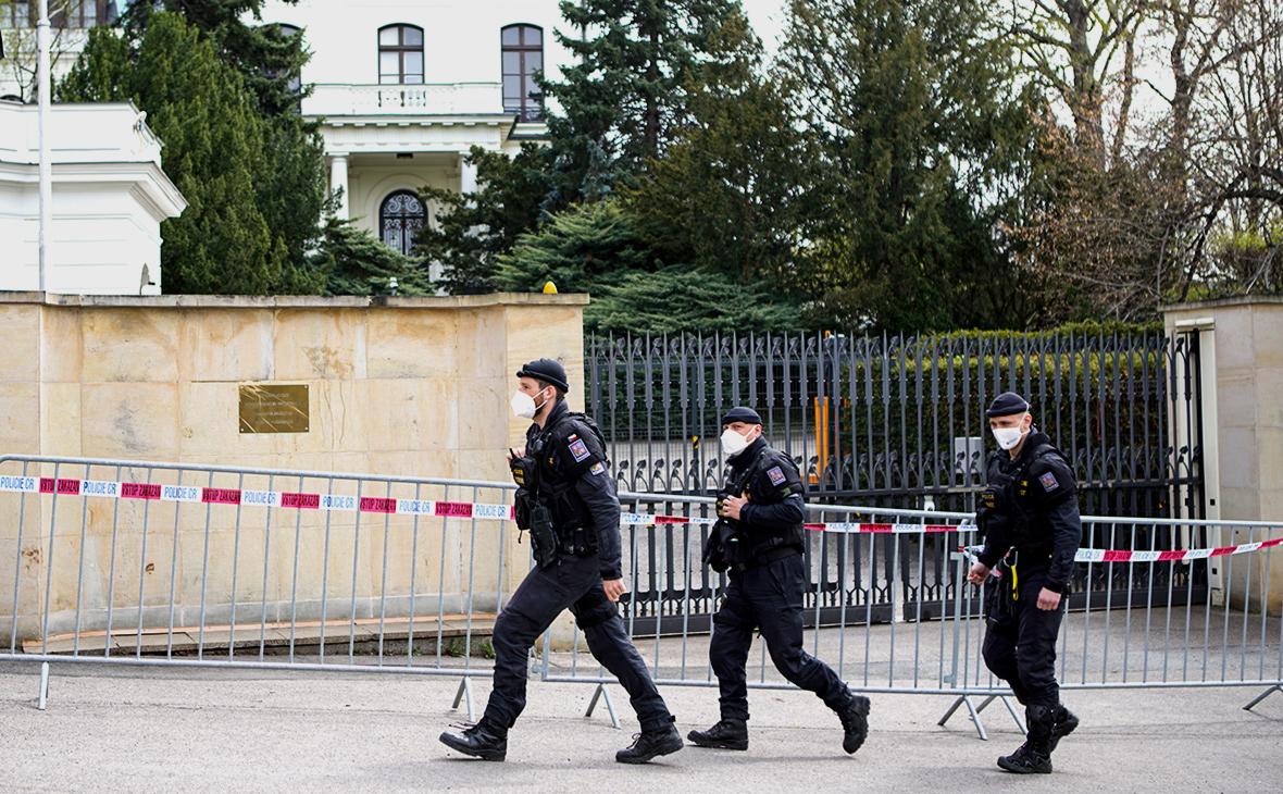 Чешская полиция у посольства России в Праге