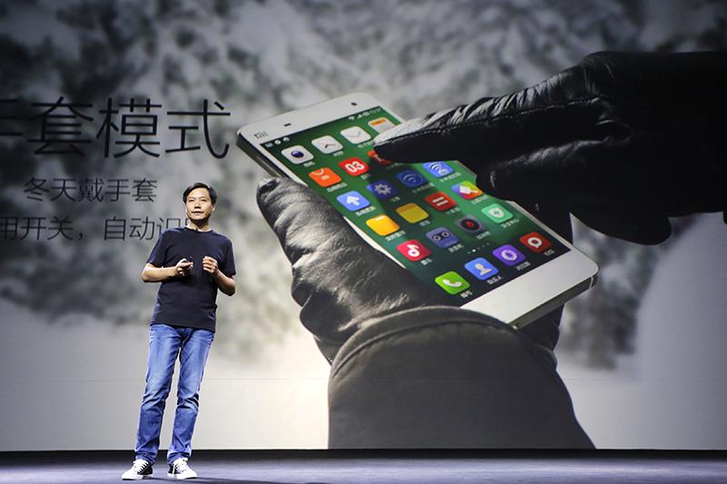 Интерфейс операционной системы Miui  С помощью «оболочки» от Xiaomi все желающие могут «превратить» свой Android-смартфон в iPhone. Разумеется, на нем не заработают приложения для iOS, однако сама система будет выглядеть практически так же, вплоть до настроек и внешнего вида иконок. «Удивительно (или нет), новый пользовательский интерфейс Miui очень сильно похож на iOS7», – констатирует сайт Xiaomishop.com, одного из многих перепродавцов товаров Xiaomi.