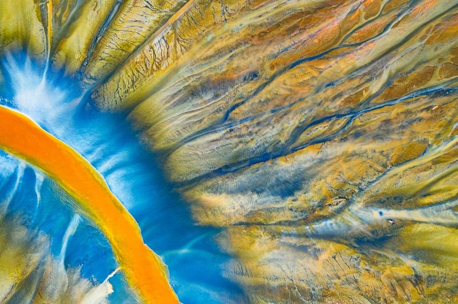 Победитель в номинации «Абстракция»: «Отравленная река». Этот абстрактный красочный узор создан природой и химическими отходами от добычи меди и золота