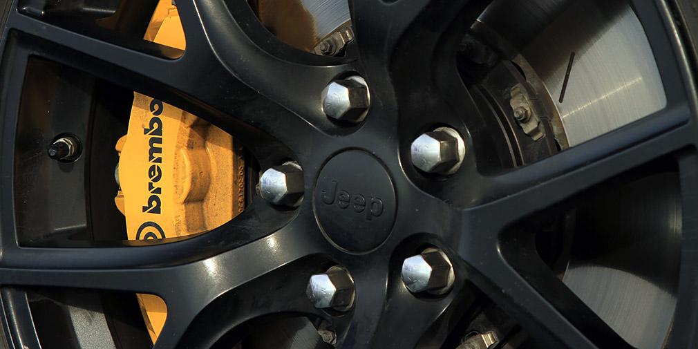 Передние тормозные диски увеличены до 400мм, задние— до 350мм. Впереди шестипоршневые суппорты, сзади— четырехпоршневые. Правда, на льду даже от таких тормозов толку немного.