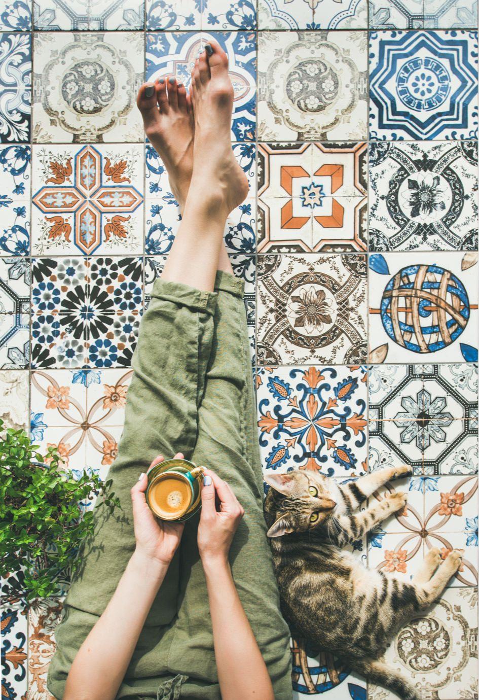 Украсьте пол плиткой с яркими рисунками или под терраццо
