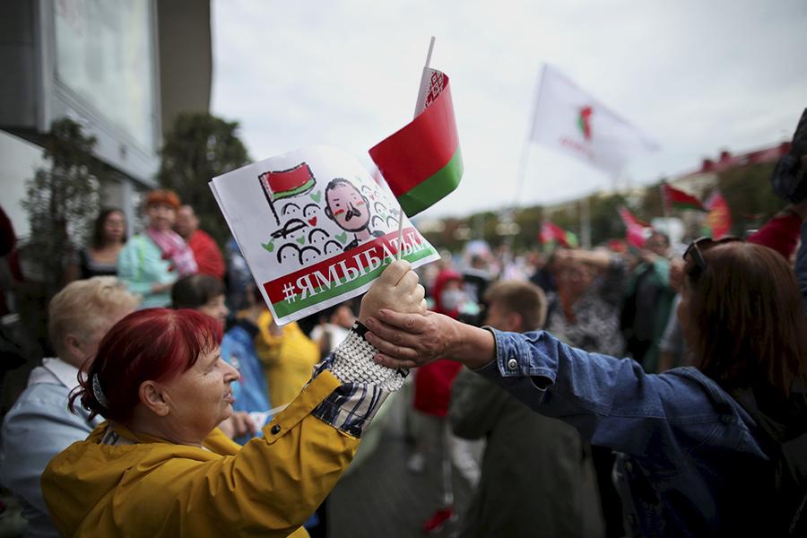 Участники акции в поддержку президента Белоруссии Александра Лукашенко у Комаровского рынка в Минске