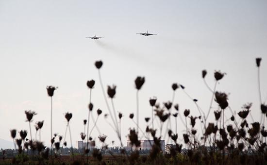Российские штурмовики Су-25 внебе надавиабазой ХмеймимвСирии, 10 октября 2015 год