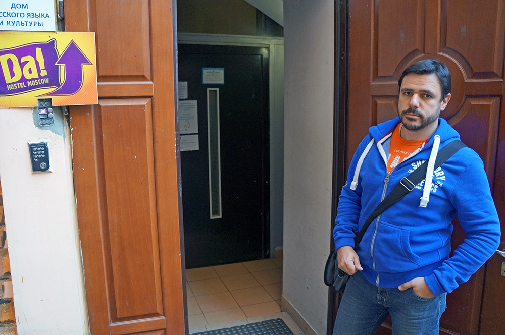 Антон Басин на фоне входа в свой хостел