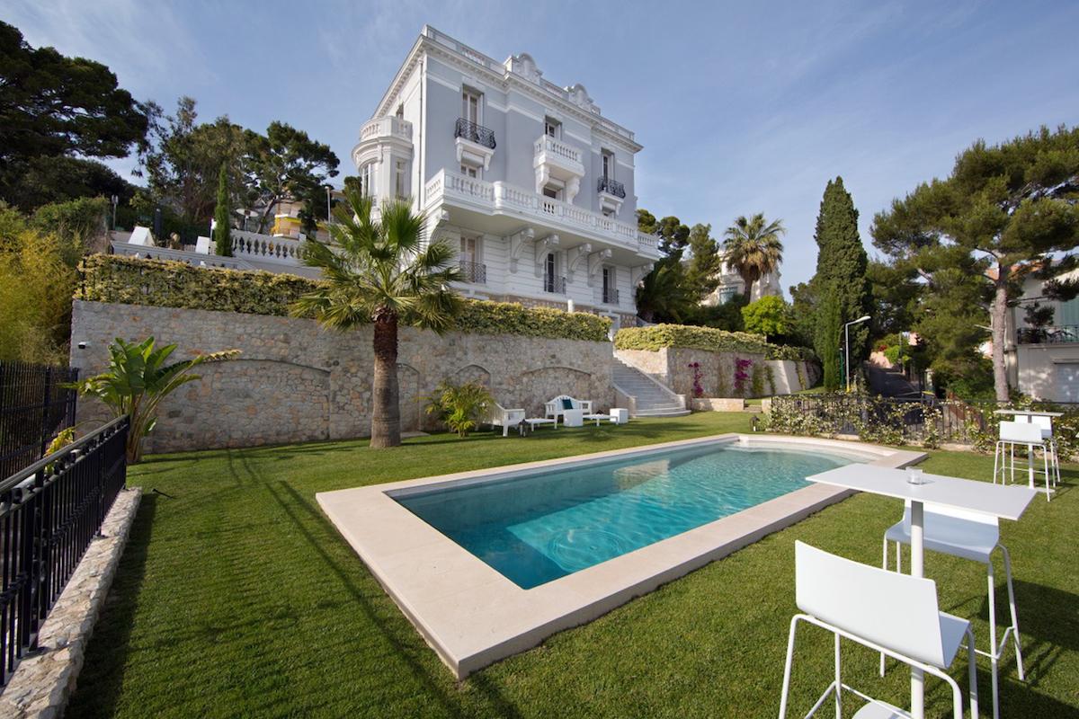 Villa Marizzina продается за €27 млн (около $31 млн). Дом общей площадью 506 кв. м расположен на участке размером 1,2 тыс. кв. м, приводятся детали на сайте агентства недвижимости Engel & Völkers