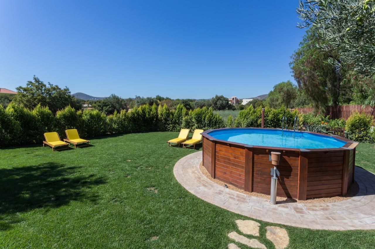 На загородном участке можно организовать зону отдыха с мобильным бассейном — надувным или каркасным