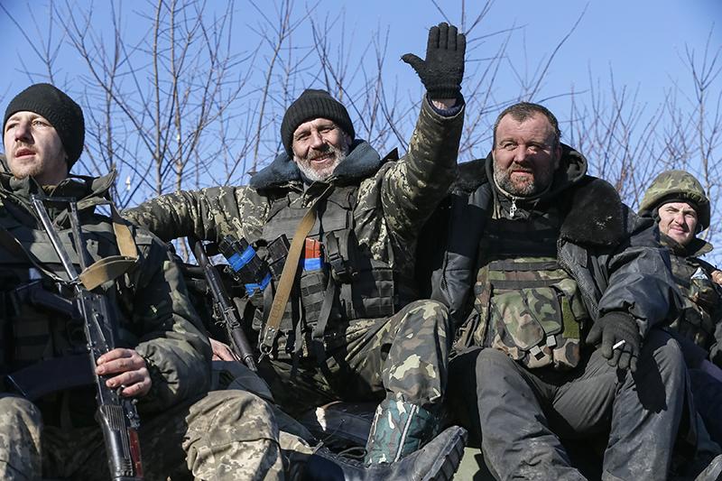 Украинские военные направляются из Дебальцево в Артемовск.
