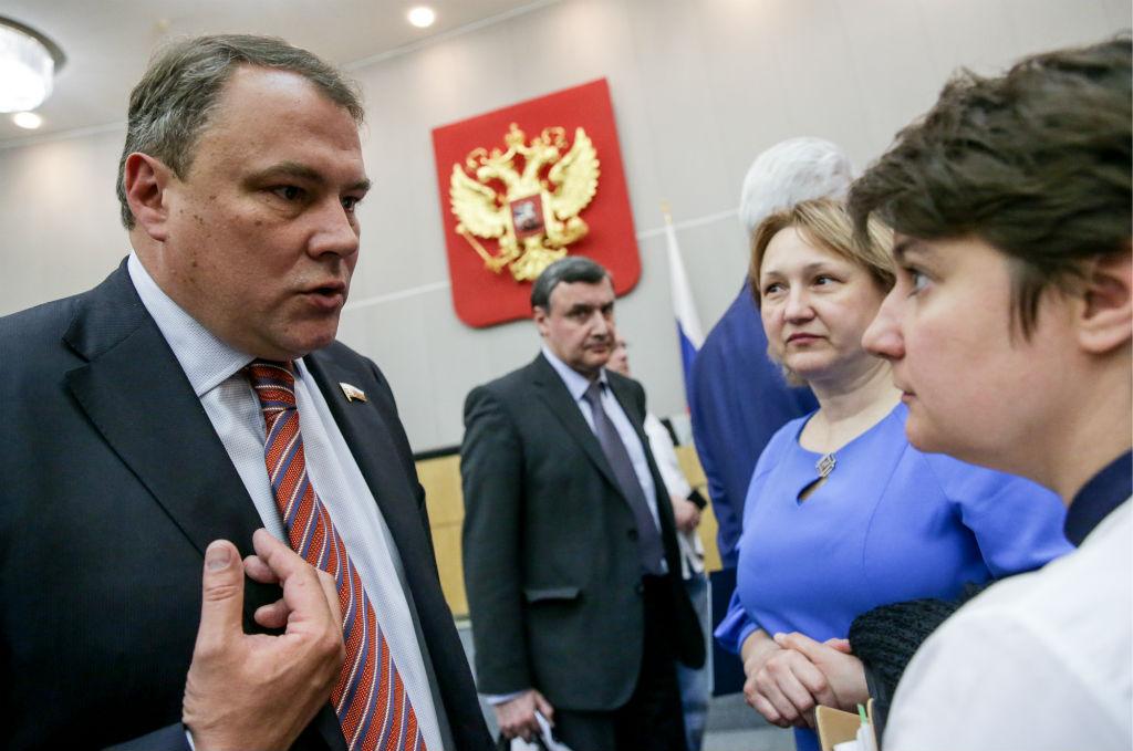 Вице-спикер Госдумы РФ Петр Толстой (слева)