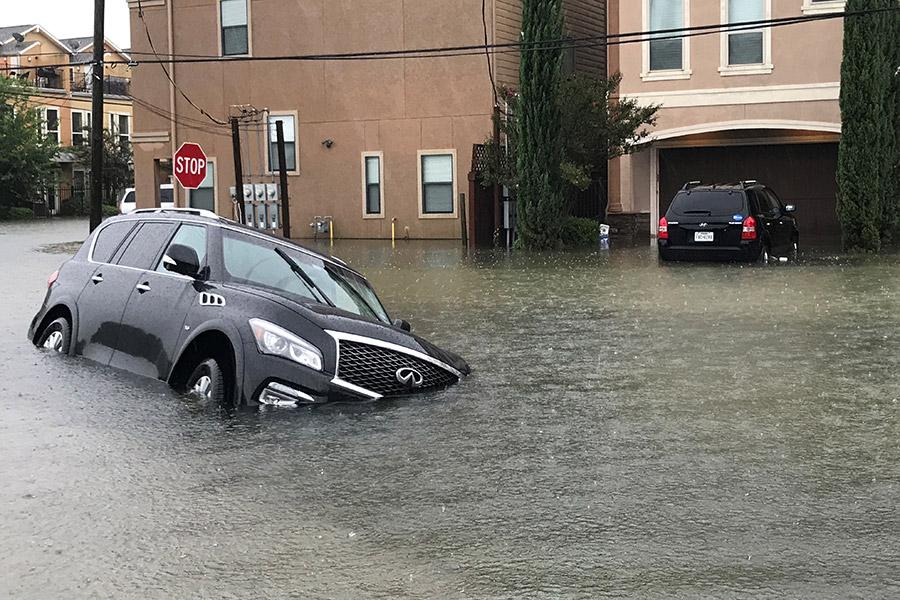 В ночь на 26 августа стихия ударила по Техасу. Мэр Хьюстона Сильвестр Тернер заявил, что из-за тропических ливней вода распространилась по всему городу. В первый день в пригородах выпало более 50см осадков.