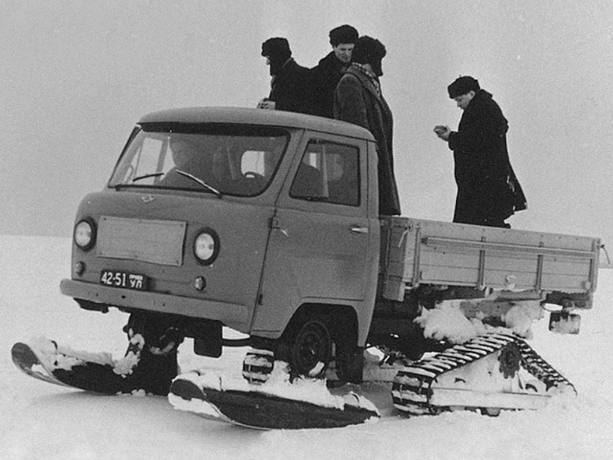 <p>Передние колеса грузовичка заменили управляемыми сварными лыжами, а на заднюю ось установили резинометаллические траки.</p>