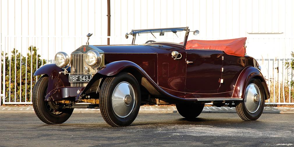 Первый Phantom был представлен в 1925 г. и заменил самую роскошную модель марки – Silver Ghost. Рядная «шестерка» объемом 7,7 л оснащалась прогрессивными на тот момент верхнеклапанным механизмом с толкателями. Мощность производитель не указывал, назвав ее «достаточной» – позже это стало традицией. Первый Phantom стал достаточно массовым для Rolls-Royce автомобилем: более 3 500 машин за шесть лет. Причем, автомобили выпускались не только в Великобритании, но и в США.