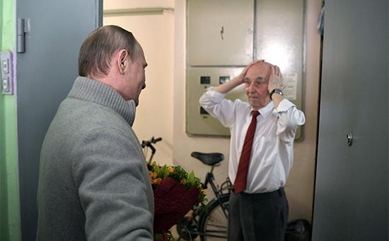 Владимир Путин иЛазарь Матвеев (справа) вовремя встречи вЖулебино