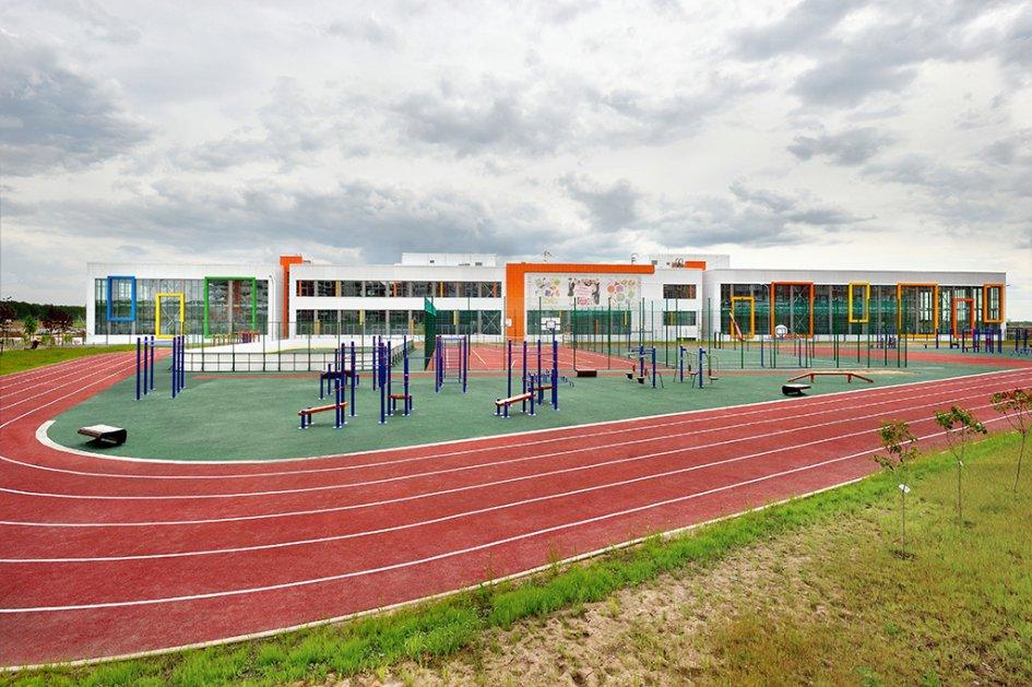 На территории школы расположен современный стадион. Благодаря своим размерам и оснащению он способен принять любые соревнования городского формата вне зависимости от сезона