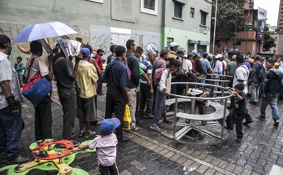 Очередь за продуктами в Каракасе, Венесуэла