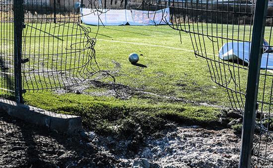 Последствия обстрела футбольной площадки школы №63 в Донецке