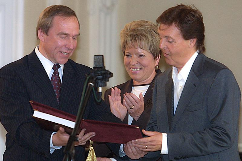 На посту ректора Санкт-Петербургской консерватории Ролдугин в 2003году вручил диплом почетного профессора участнику группы «Битлз» Полу Маккартни (на фото справа)