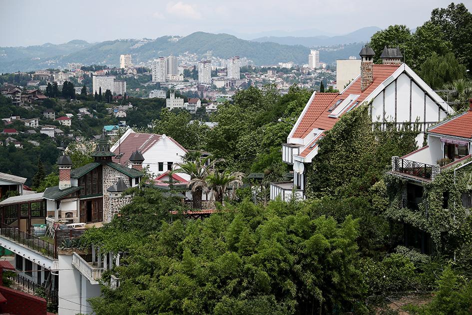 Вид на жилые дома из парка «Дендрарий» в Сочи