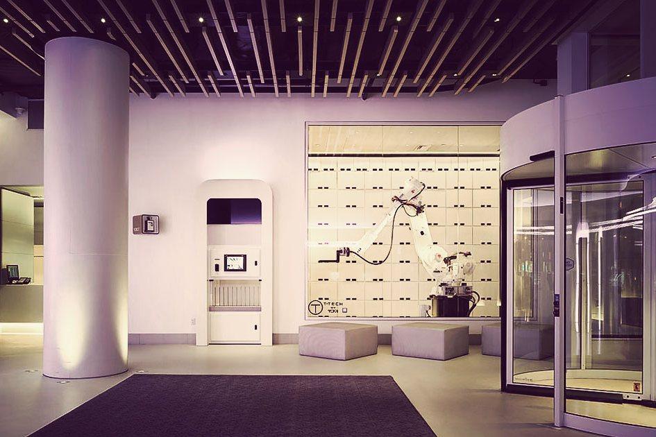 Входная группа нью-йоркской гостиницы Yotel, которая называет себя iHome благодарятехнологичности всех процессов. К примеру, влобби гостей встречает робот-носильщик, авномерах оборудована техностена, усиливающая сигнал Wi-Fi иоснащенная всеми возможными разъемами дляподключения электронных устройств