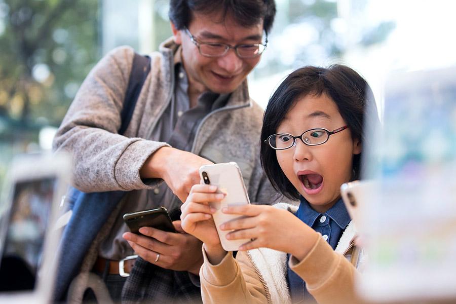 Покупатели первых юбилейных смартфонов Apple в магазине компании в Токио