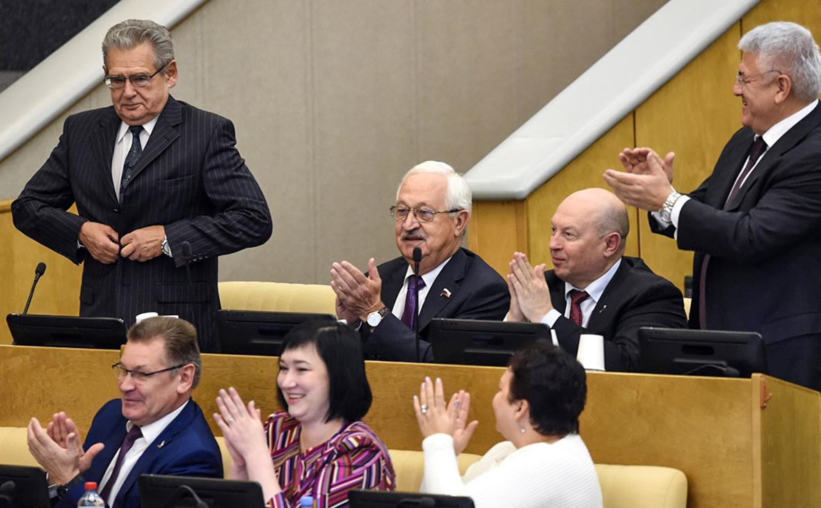 Николай Гончар (слева)выразил готовность отказаться от надбавок по истечении срока полномочий