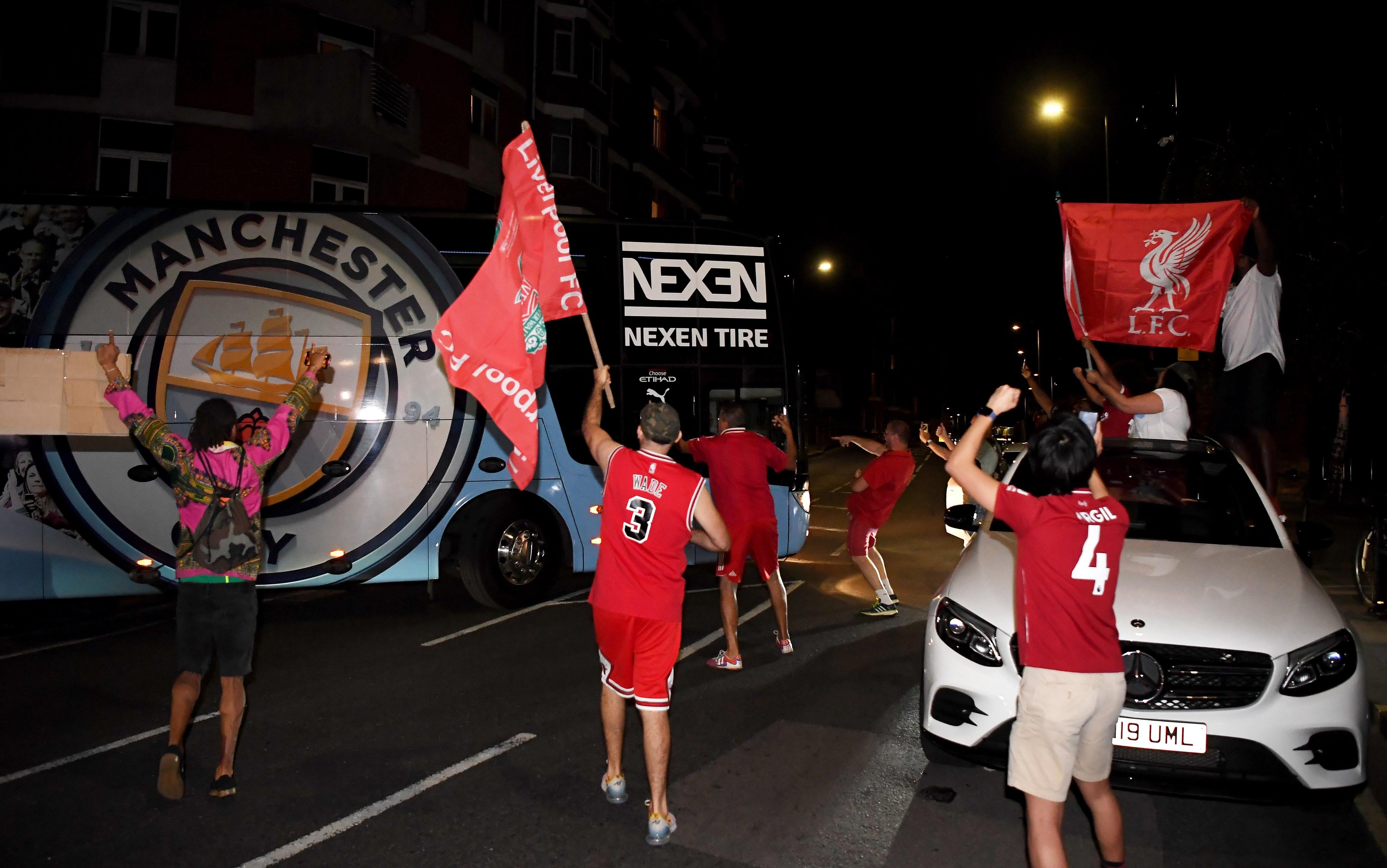 Болельщики праздновали чемпионство «Ливерпуля» и в других городах. В Лондоне фанаты «красных» пришли к стадиону, на котором проходил матча «Челси»— «Манчестер Сити»