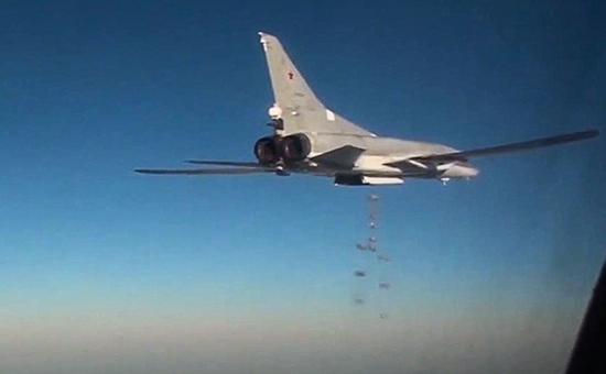 Дальний бомбардировщик Ту-22М3 вовремя боевого вылета попозициям боевиков запрещенного вРоссии «Исламского государства» натерритории Сирии, январь 2016 года