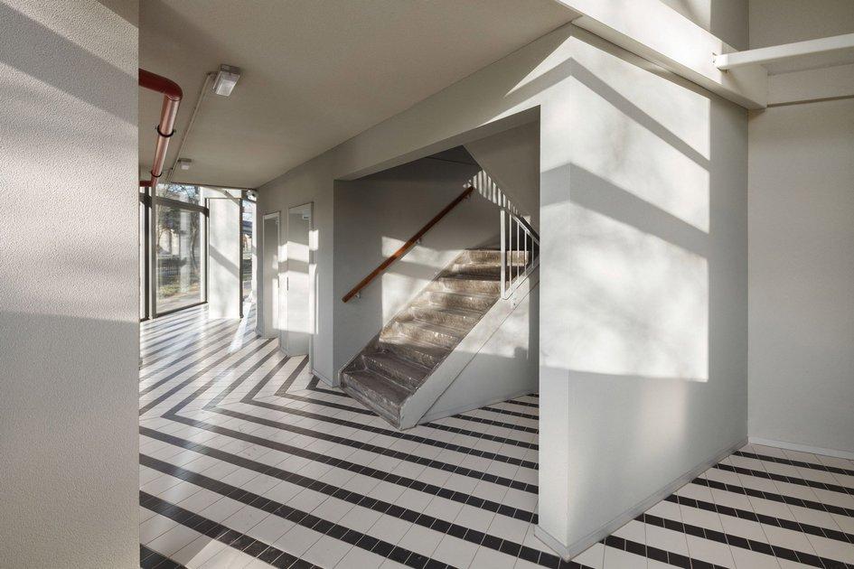 Каждый покупатель жилья вамстердамском доме мог выбрать местоположение квартиры и«собрать» свою жилую ячейку. Такжекак ивдомах Аравены, жильцам предложено самостоятельно завершить строительные работы вквартирах