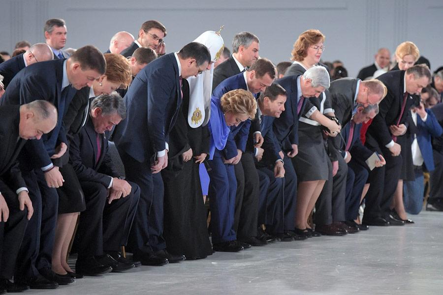 Среднее число приглашенных на церемонию обычно колеблется в районе 1 тыс. человек. Меньше всего гостей было в 2000 году — лишь 980 человек, а рекордным стало послание 2013 года: послушать Путина тогда пригласили 1,1 тыс. гостей. В 2018-м рекорд побит. Вероятно, это связано с тем, что нынешнее послание предвыборное.