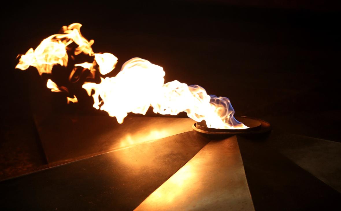 Женщина объяснила приготовление еды на Вечном огне нуждой в горячей пище