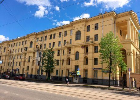 ВАО, район Восточное Измайлово. Пятиэтажное здание в стиле сталинского ампира, построенное в 1953 году по индивидуальному проекту. Часть ансамбля, парадная застройка Первомайской улицы, бывшее общежитие