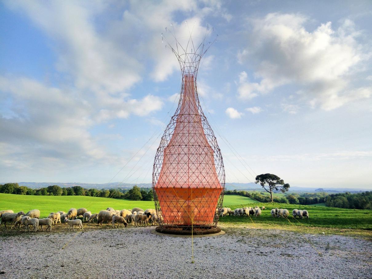 Башня Warka Water известного итальянского архитектора Артуро Виттори— одно из возможных решений проблемы дефицита питьевой воды в Эфиопии. Предложенная им конструкция высотой 9,5 м представляет собой легкую сетчатую башню из бамбука. Внутри постройки установлена тонкая полиэфирная сетка, которая конденсирует влагу из воздуха и скапливает ее в специальной емкости. Благодаря такой установке можно собрать до 100 литров воды в день. Авторы Warka Water рассчитывают, что через несколько лет такие вышки будут установлены по всей стране