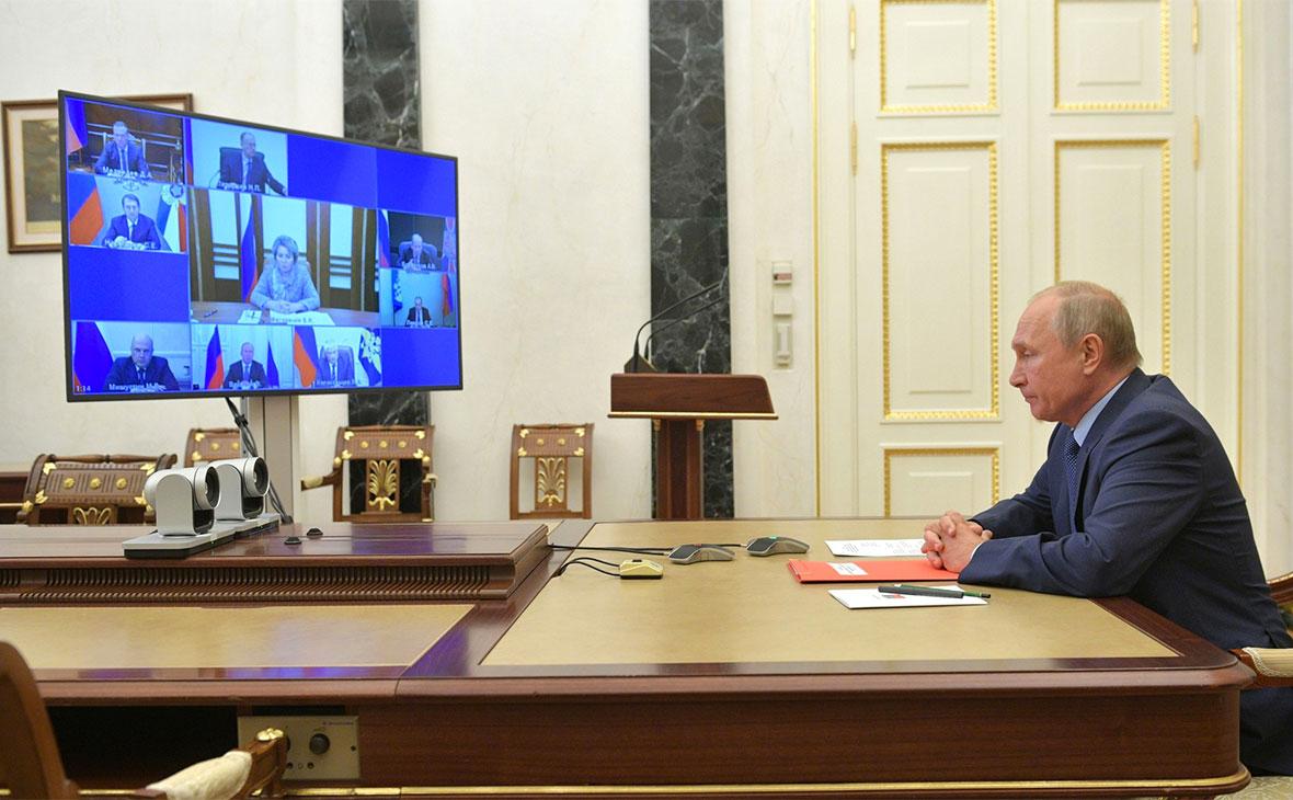 Владимир Путин в Кремле во время совещания с постоянными членами Совета безопасности РФ