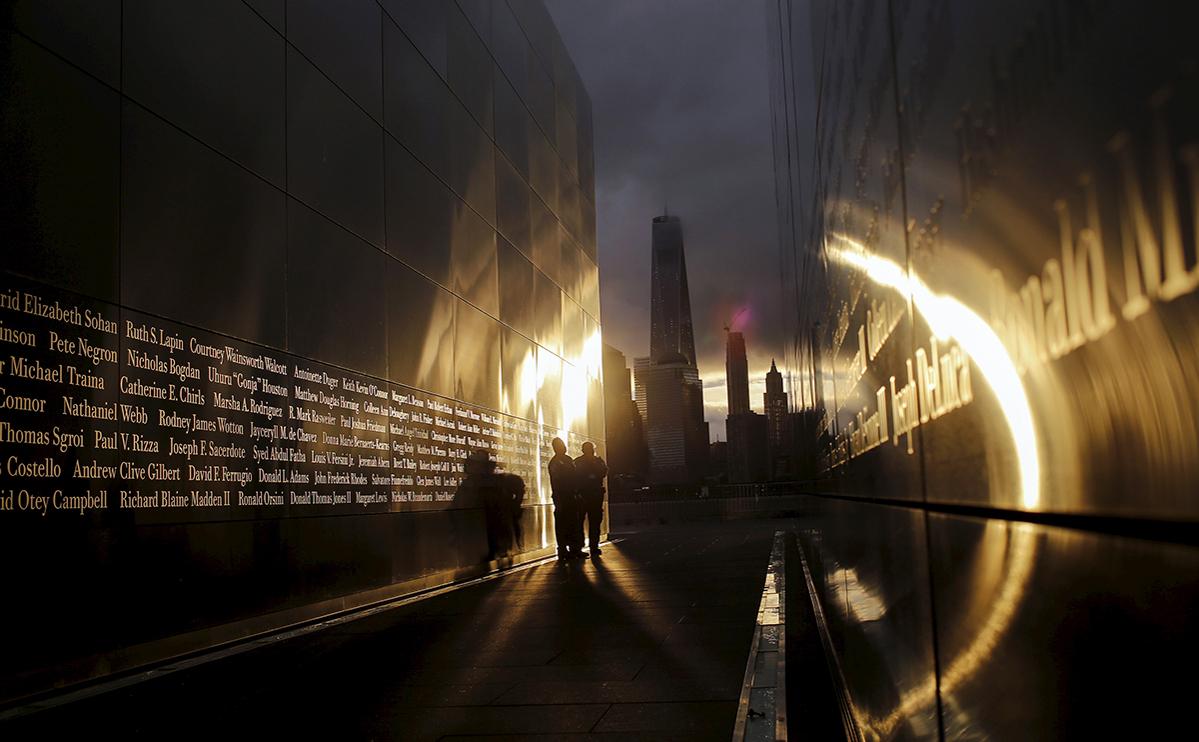 Люди около мемориала «Пустое небо» посвященного жертвам атак на США 11 сентября