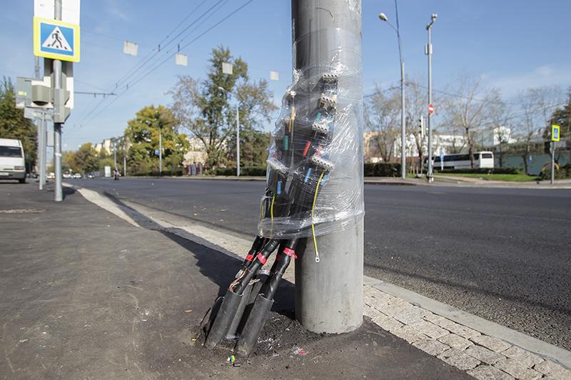 Все лето Москва внепрекращающемся ремонте: часть центральных улиц переделывают впешеходные, намногих меняют бордюры сбетонных награнитные. Кто зарабатывает набордюрах— читайте врасследованииРБК