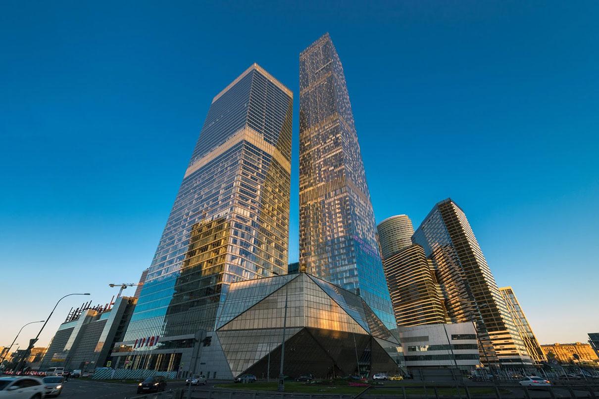 2-е место. ОКО  Высота — 354м  Многофункциональный комплекс ОКО(около 400 тыс. кв. м) состоит из двух башен — 85-этажной жилой и 49-этажной офисной, а также 19-этажного наземно-подземного паркинга на 4 тыс. машино-мест. В небоскребе ОКОмэрия Москвы купила 55 тыс. кв. м офисов, куда в будущем переедут различные столичные департаменты. Девелопер — Capital Group