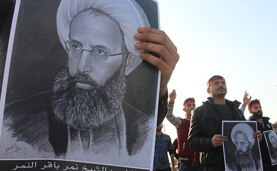 Портрет казненногошиитского проповедника Нимр аль-Нимра в руках протестующих