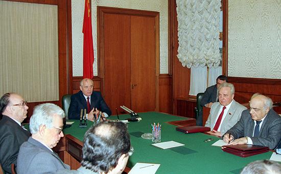 Президент СССР Михаил Горбачев провел 24 декабря совещание с руководителями служб своего аппарата по поводу ухода с поста президента