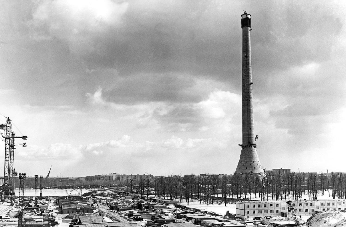 Сначала для строительства телевизионной башни был выделен участок на юго-западе Москвыв районе Черемушки, но в марте 1959 года строительную площадку решили перенести в Останкино