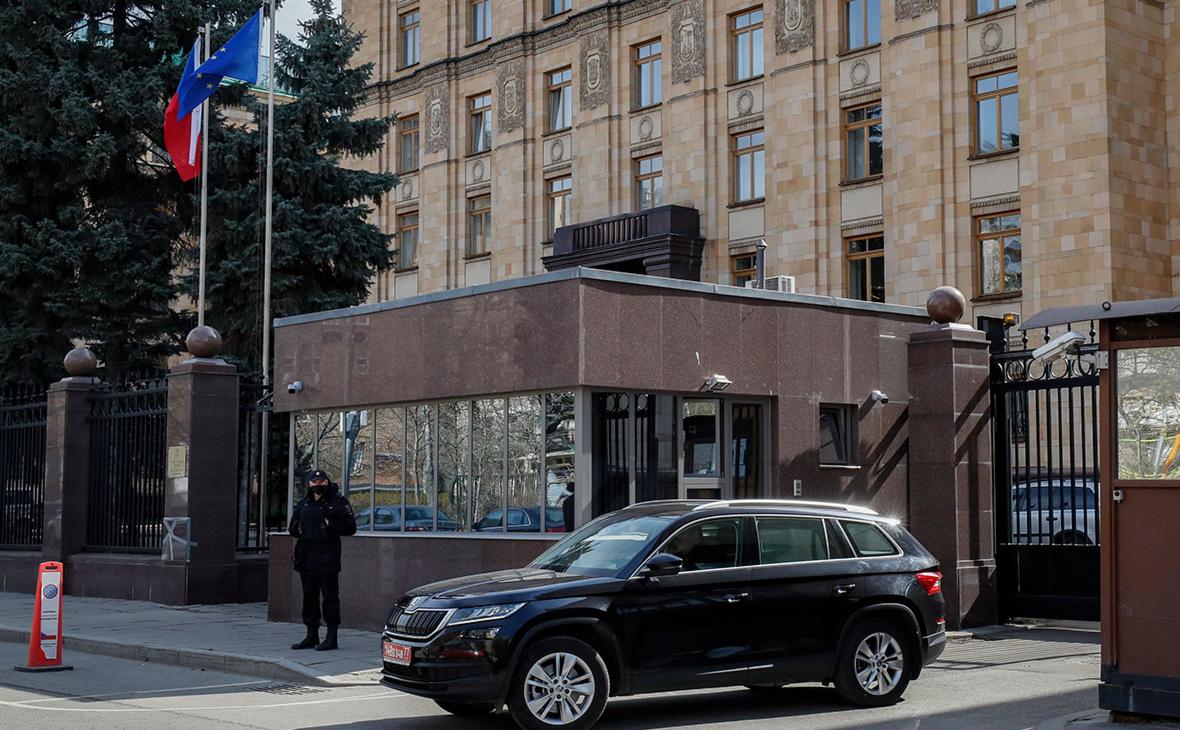 Автомобиль у здания посольства Чехии в Москве на улице Юлиуса Фучика