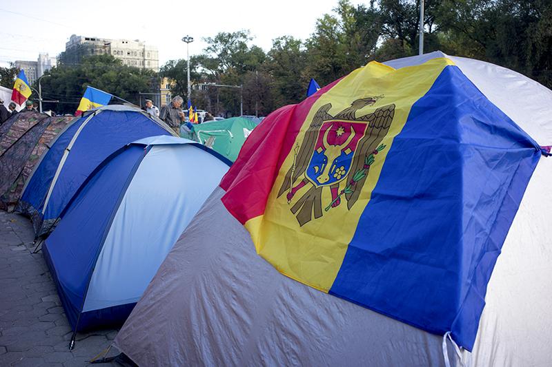 Палаточный лагерь участников антиправительственного митинга в центре Кишинева