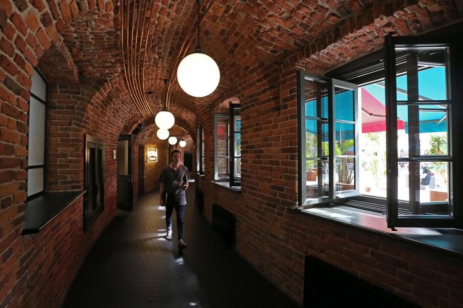 Реставраторы установили в «Бутылку» 228 новых деревянных окон с латунными состаренными кремальерами, а также 163 двери. Особое внимание уделили восстановлению кирпичной кладки