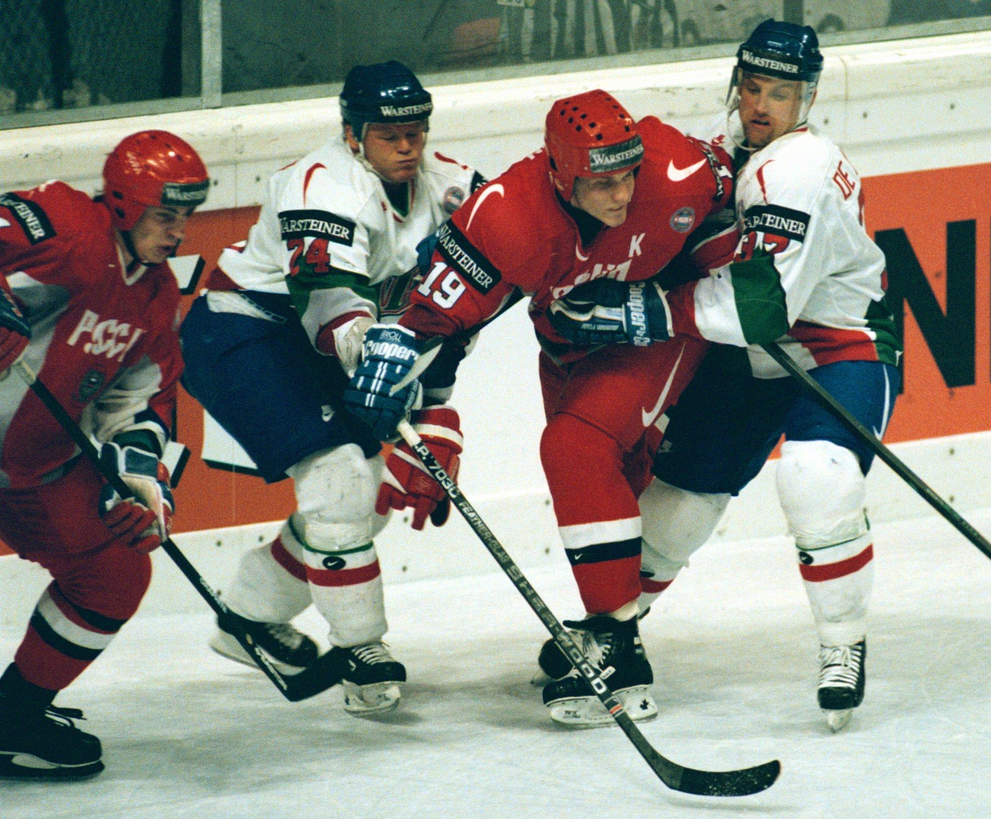 Алексей Яшин (в красной форме справа)— капитан сборной России на чемпионате мира 1996 года
