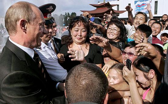 Президент России Владимир Путин (слева) во время встречи с жителями городаКызыл,Республика Тува, 2007 год